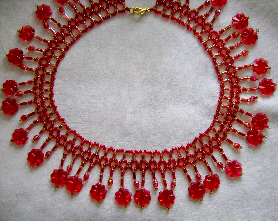 Free pattern for necklace Red Flowers