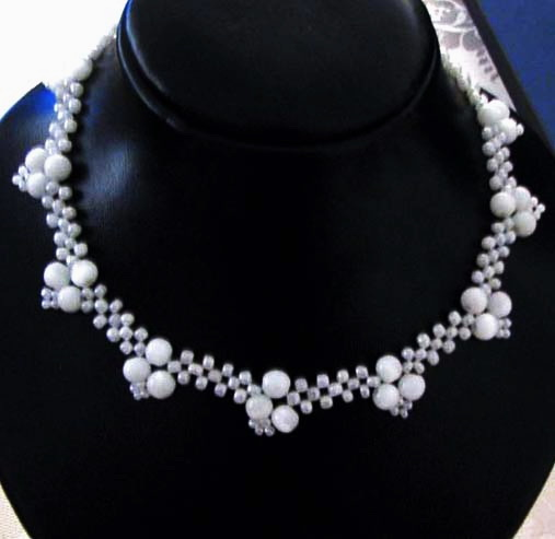 Free pattern for necklace White Corners